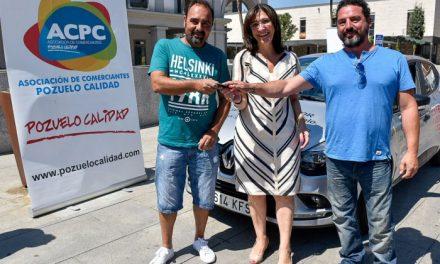 La alcaldesa entrega el coche al ganador del sorteo «Compra calidad ¡Compra en Pozuelo!» de la ACPC