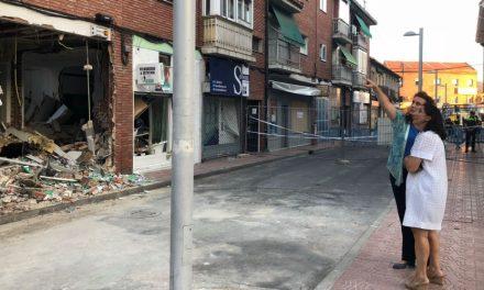 La alcaldesa supervisa el comienzo de los trabajos de demolición en el edificio afectado por la explosión en un restaurante del Barrio de la Estación