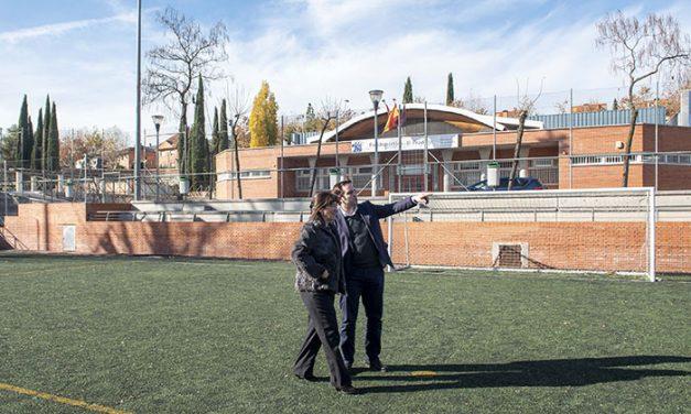El Ayuntamiento renovará el césped del campo de fútbol del polideportivo municipal El Pradillo