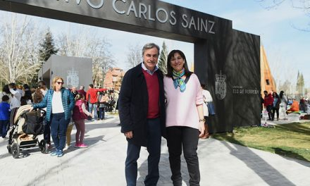 Susana Pérez Quislant y Carlos Sainz inauguraron el parque deportivo y de ocio que lleva el nombre de este piloto de rallies y vecino de Pozuelo