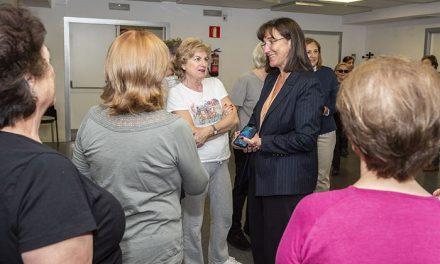 Susana Pérez Quislant visita a los mayores que diariamente acuden al Centro Prados de Torrejón de Pozuelo