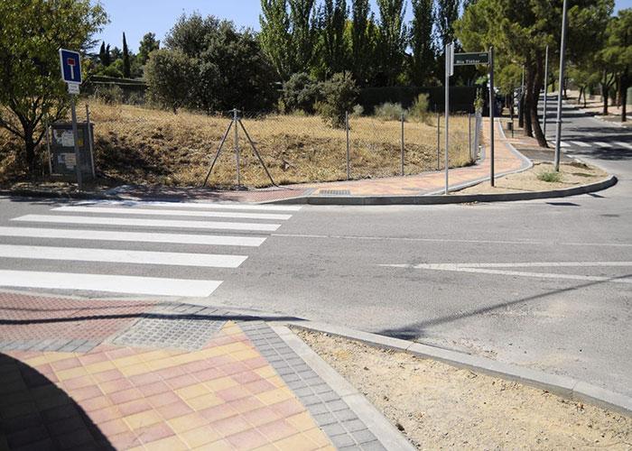 Las obras de mejora en Parque Boadilla incluyen hasta ahora 4.500 m2 de acera y 140 plazas de aparcamiento