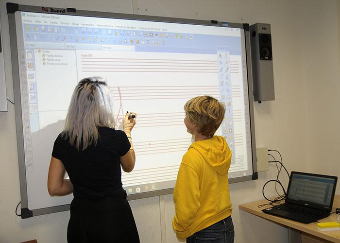 La Escuela Municipal de Música incorpora pizarras digitales en sus aulas de música y movimiento y lenguaje musical