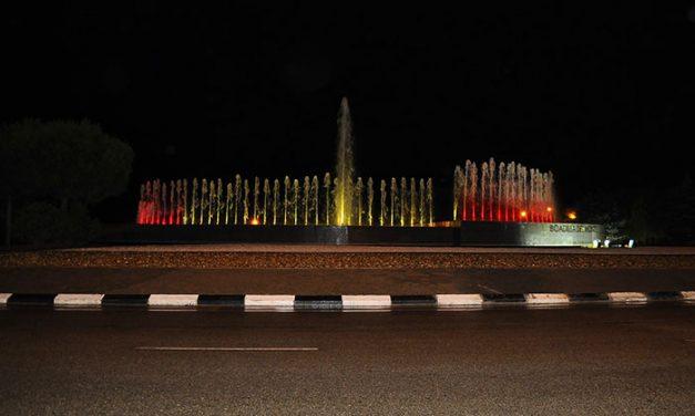 La fuente de la avenida de España luce desde anoche los colores de la bandera nacional