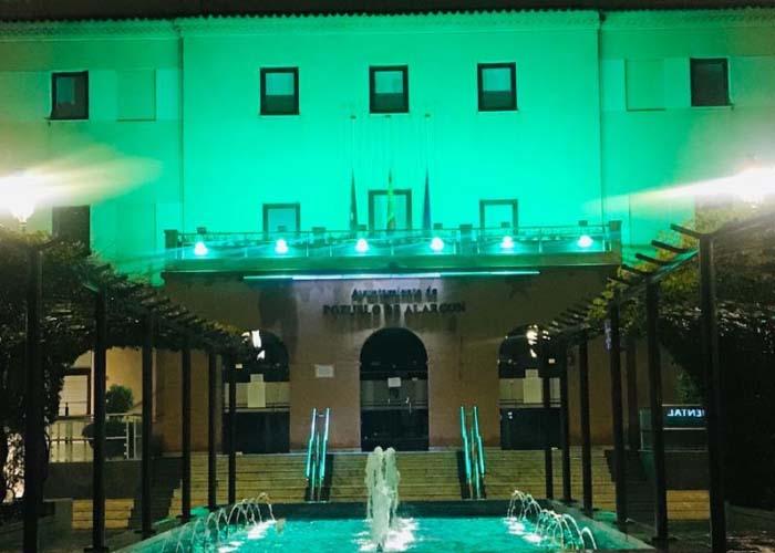 La fachada del Ayuntamiento de Pozuelo se sigue iluminando cada noche con luz verde en homenaje a la labor de los sanitarios