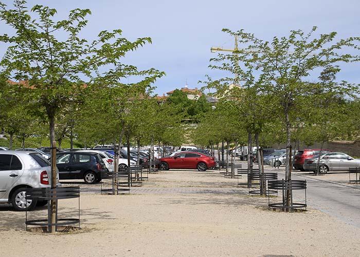 El Ayuntamiento instala 125 protectores de árboles en la zona de estacionamiento ecológico del palacio del Infante D. Luis