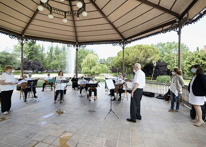 """La Orquesta de Pulso y Púa """"Entre Amigos"""" de los centros municipales de mayores graba una pieza musical con la que celebran su fin de curso"""