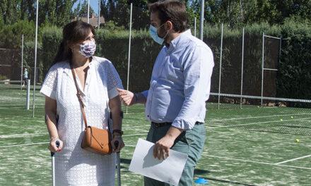 Renovado el césped artificial de las pistas de tenis del polideportivo municipal Carlos Ruiz