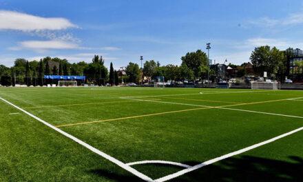 El campo de fútbol del polideportivo El Pradillo cuenta con un nuevo césped artificial que beneficiará a más de un millar de deportistas de la ciudad