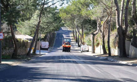 El Ayuntamiento de Boadilla intensifica los trabajos de asfaltado en las urbanizaciones históricas retrasados por la nevada y las lluvias