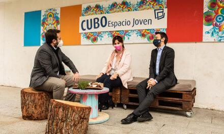 La alcaldesa de Pozuelo y el director general de Juventud de la Comunidad de Madrid visitan el CUBO Espacio Joven