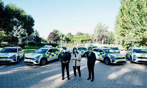 La alcaldesa de Pozuelo presenta nueve coches patrulla de la Policía Municipal